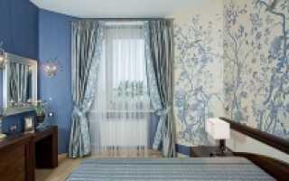 Голубые обои в комнате