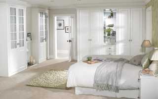 Темная мебель в белом интерьере