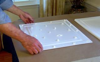 Чем можно клеить потолочную плитку