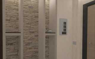 Декор в коридоре на стене