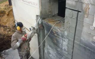 Дверной проем в бетонной стене